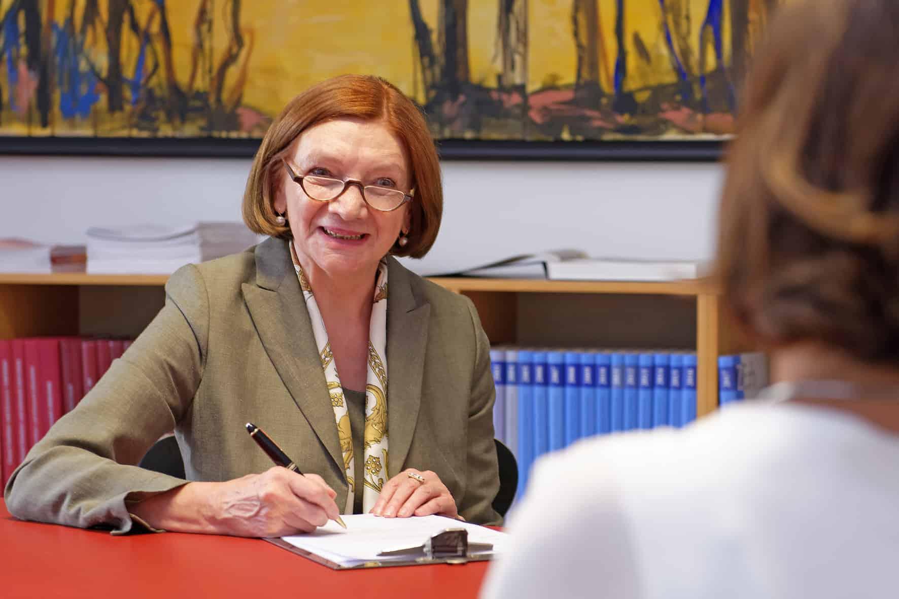 Rechtsanwältin Jutta Wagner ist Fachanwältin für Familienrecht und Notarin a.D.