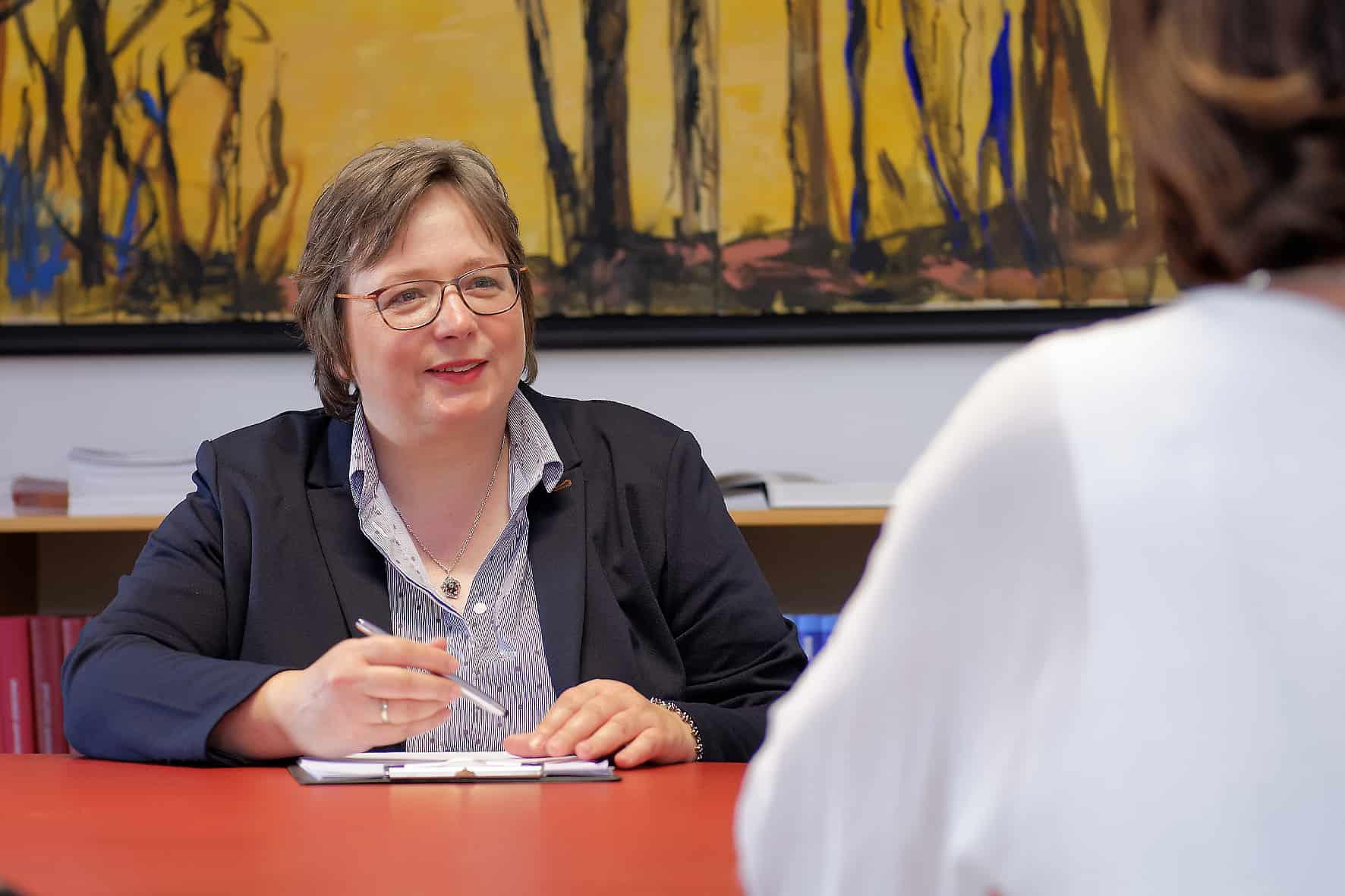 Rechtsanwältin und Notarin Silvia C. Groppler ist Fachanwältin für Familienrecht, Fachanwältin für Mietrecht und Wohneigentumsrecht, und berät in notariellen Angelegenheiten